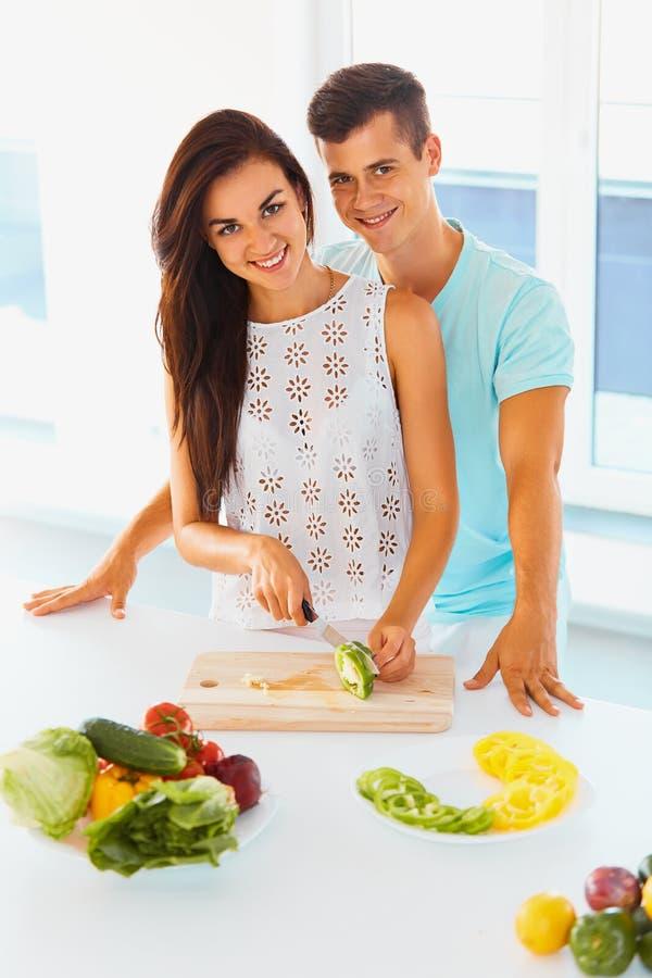 Соедините варить обедающий и усмехаться на камере Женщина режа v стоковые фото