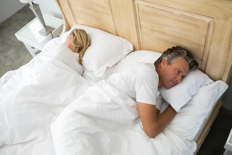 Соедините лежать на кровати позже имея аргумент стоковые изображения