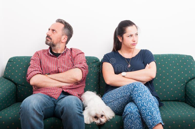 Соедините иметь ссору пока сидящ на софе стоковая фотография