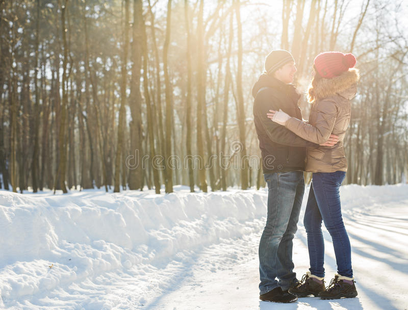 соедините потеху семьи счастливый иметь outdoors паркует детенышей зимы семья outdoors Любовь стоковая фотография