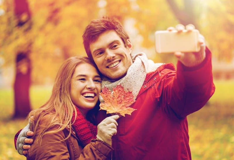 Соедините принимать selfie smartphone в парке осени стоковые изображения