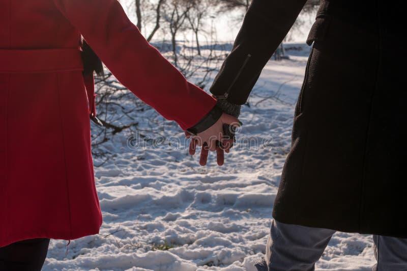 картинки держаться за руки зимой все экземпляры