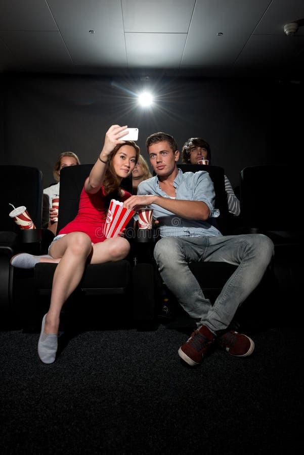 Соедините смотреть кино на кино и фотографировать стоковые изображения