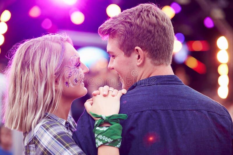 Соедините смотреть один другого в толпе на музыкальном фестивале стоковое фото rf