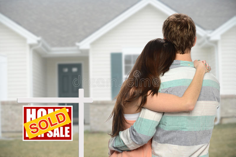 Соедините фронт inf дома с проданным знаком стоковая фотография