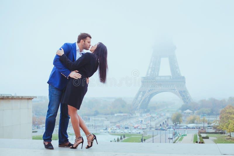 Соедините целовать около Эйфелева башни в Париже, дня валентинок стоковое изображение rf