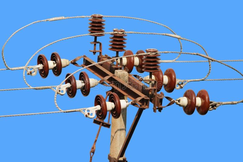 Соединитель линии электропередач столба улицы электрический против голубого неба стоковые фото