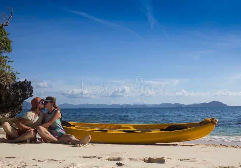 Соедините canoeing в лагуне западных французских indies стоковая фотография rf