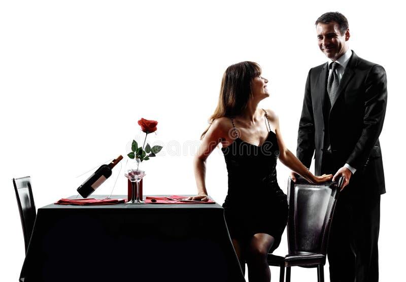 Соединяет любовников датируя романтичные силуэты обедающего стоковые фотографии rf