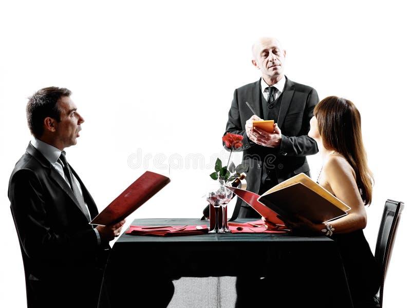 Соединяет любовников датируя силуэты обедающего стоковое фото rf