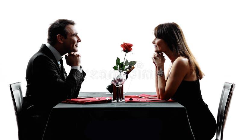 Соединяет любовников датируя силуэты обедающего стоковые фотографии rf