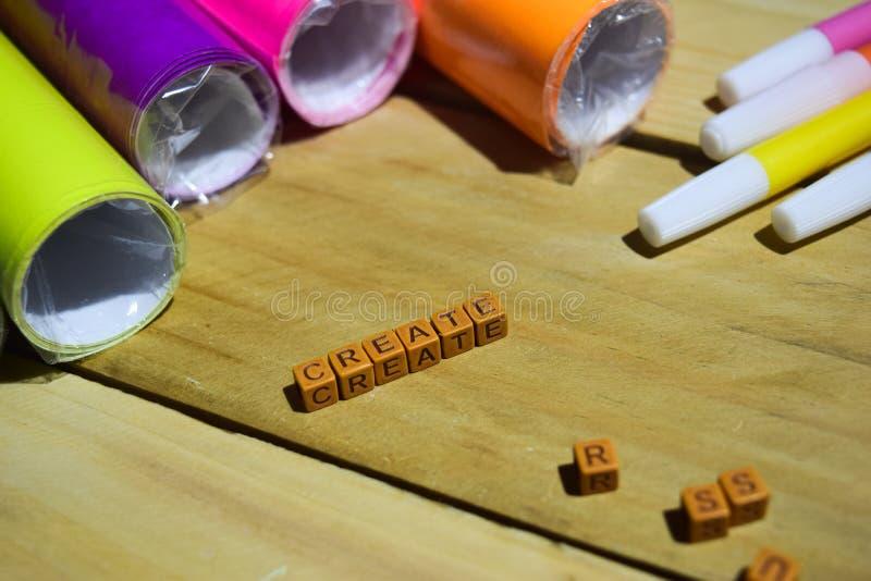 Создайтесь на деревянных кубах с красочными бумагой и ручкой, воодушевленностью концепции на деревянной предпосылке стоковая фотография rf