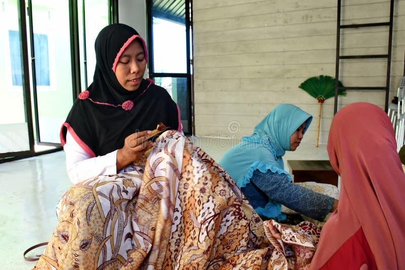 Создатель батика пока работающ в студии стоковые изображения