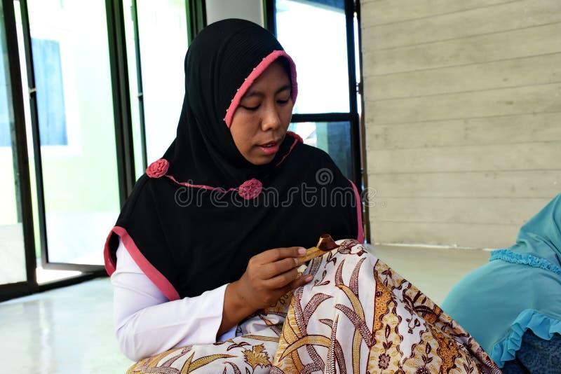 Создатель батика пока работающ в студии стоковые изображения rf