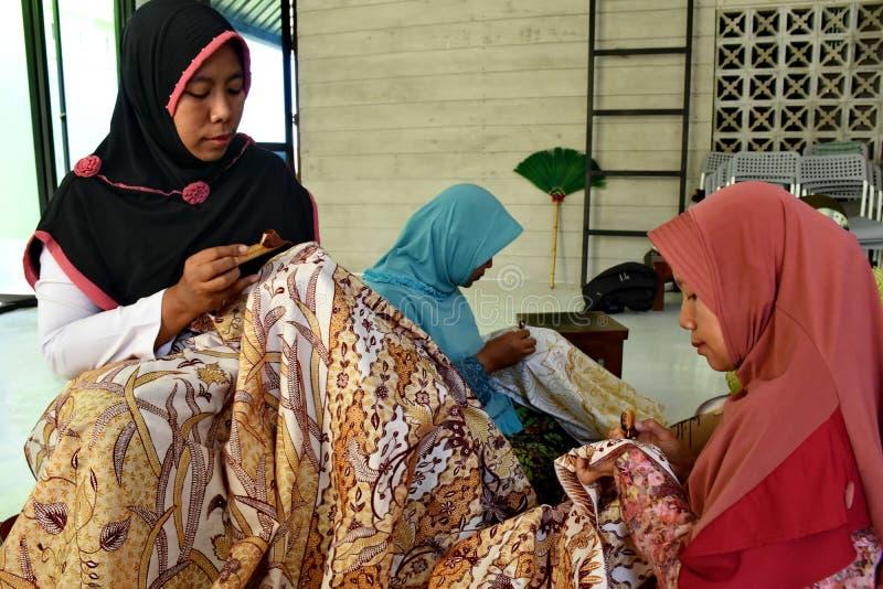 Создатель батика пока работающ в студии стоковое фото rf