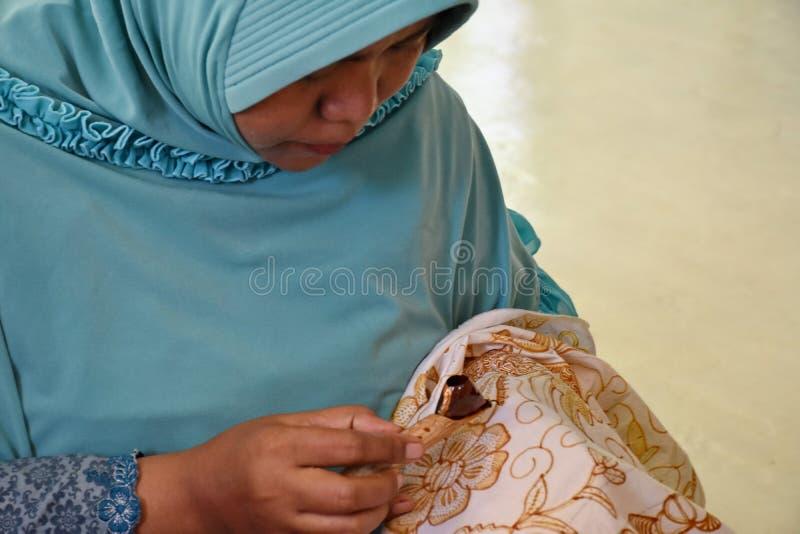 Создатель батика пока работающ в студии стоковая фотография rf