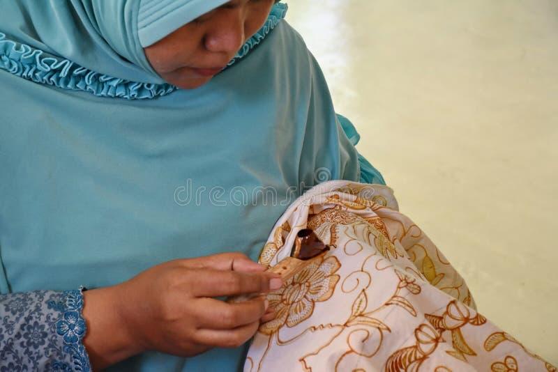 Создатель батика пока работающ в студии стоковое фото