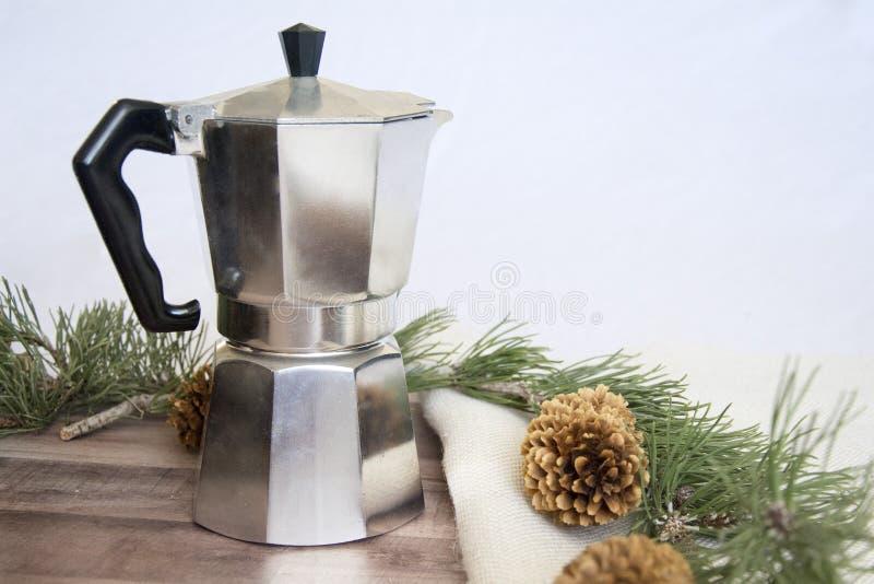 Создатель эспрессо на белой предпосылке с конусами сосны стоковая фотография rf