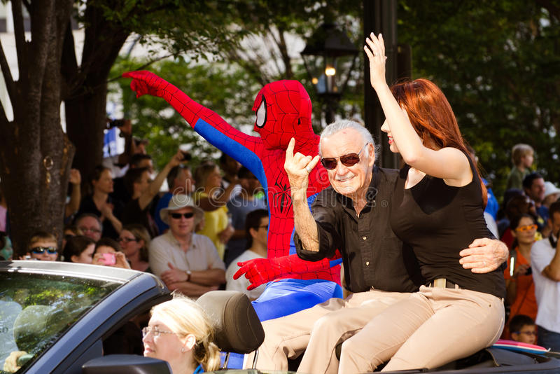 Создатель Stan Lee Spider-Man развевает к толпе стоковые фотографии rf