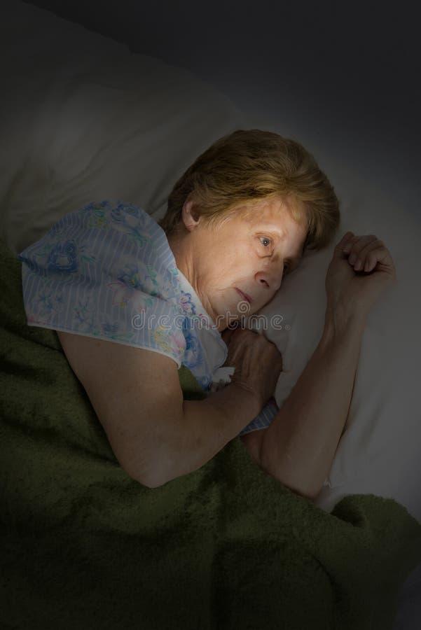 Слабоумие Alzheimers возмужалой старшей женщины унылое сиротливое стоковое изображение rf