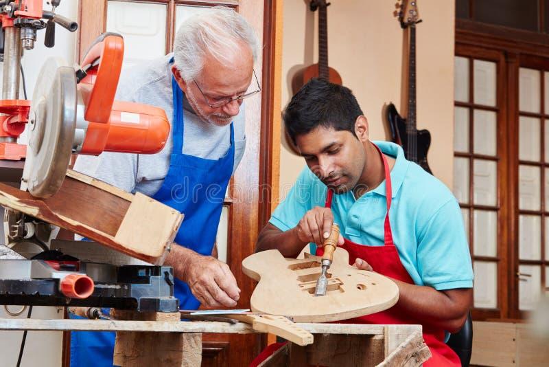 Создатель гитары и более luthier подмастерье ` s стоковые изображения rf