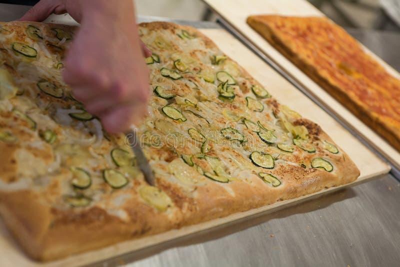 Создатель пиццы режа итальянскую пиццу стоковая фотография