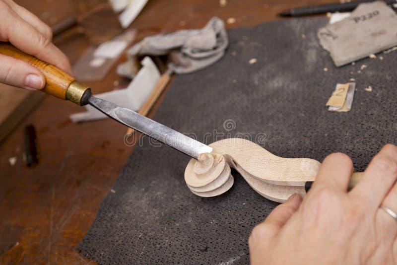 Создатель скрипки мастера высекая шею стоковые изображения rf