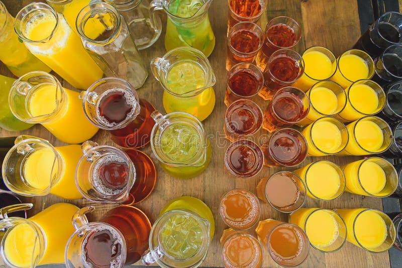 Соки и пить в стеклах стоковое фото