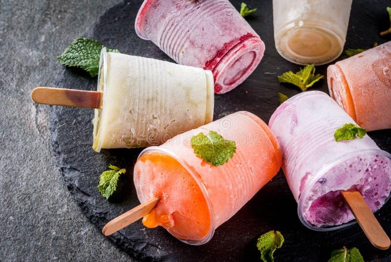 Соки и popsicles smoothie стоковые фото