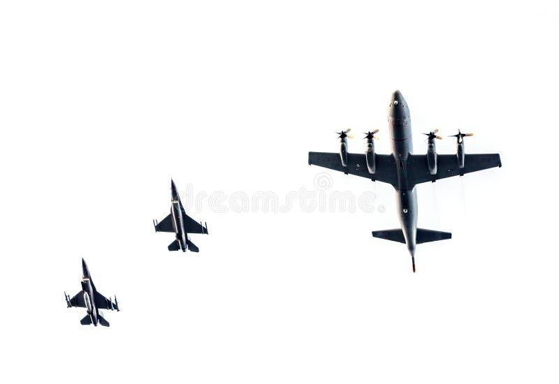 Соколы истребителя F-16 и P-3c Орион стоковое изображение