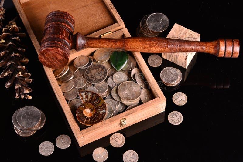 Сокровище серебряных монет и больше стоковая фотография