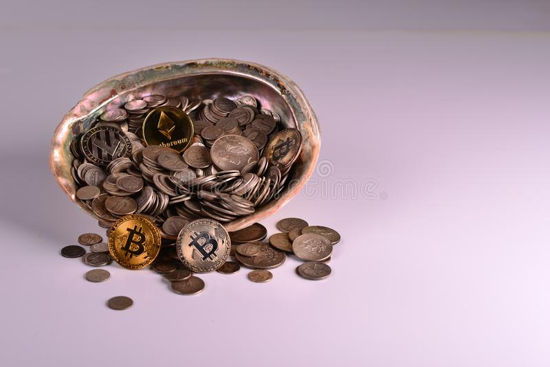 Сокровище серебряных монет со сдержанными монетками стоковое изображение