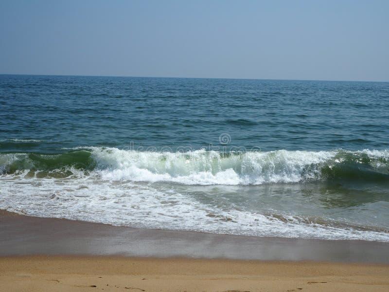 Сокрушительные волны готовы взреветь в пляже стоковое изображение rf
