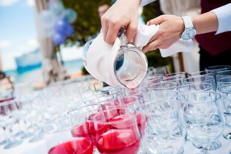сок вишни льет кельнера стоковое изображение rf
