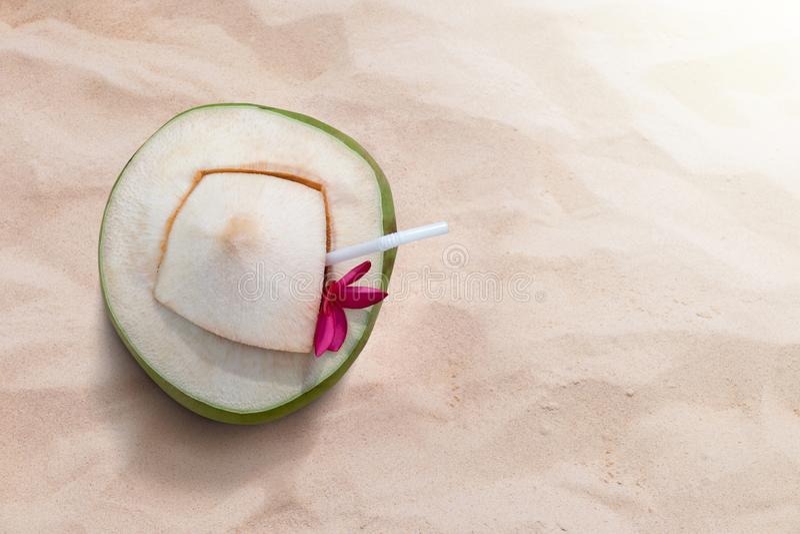 Сок воды кокоса кладет на пляж песка в временени, подаче с стоковые изображения rf