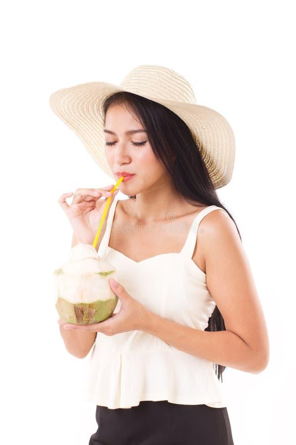 Сок кокоса женщины лета выпивая стоковые изображения rf