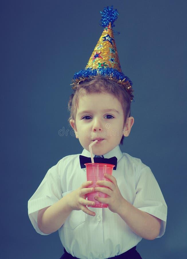 сок мальчика выпивая стоковое изображение rf
