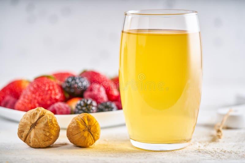 Сок мандарина в красивых стеклах стоковые изображения rf