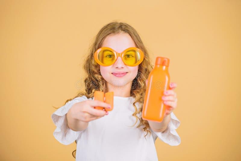 Сок моркови счастливого напитка девушки свежий r маленькая девочка в стеклах моды Питание витамина освежать стоковые фотографии rf