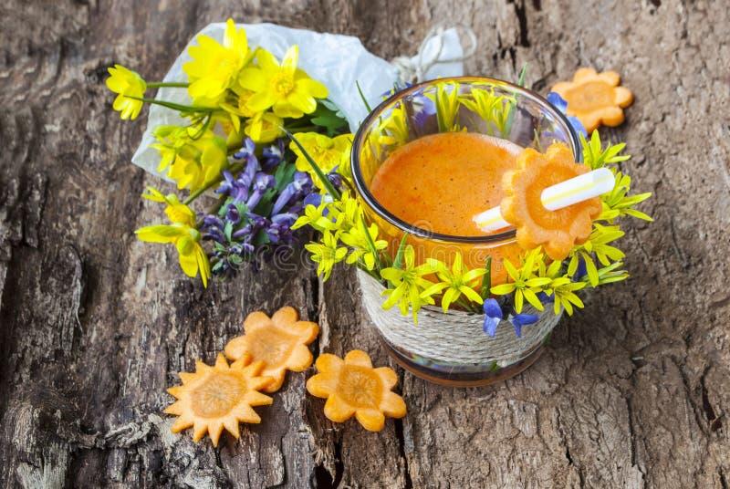 Сок питья морковей, вкусных и здоровых стоковые изображения