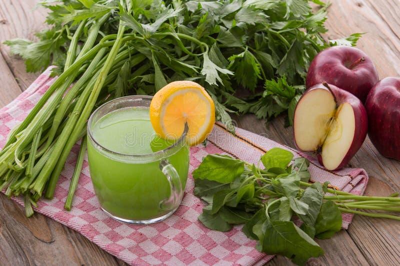 Сок смешивания Яблока и шпината стоковые изображения rf