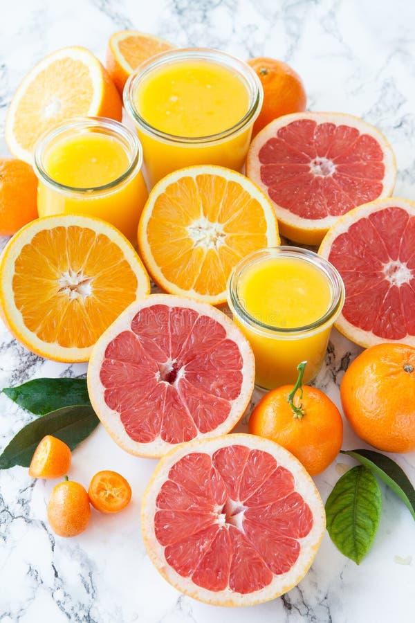 Сок сделанный от свежих цитрусовых фруктов стоковое изображение