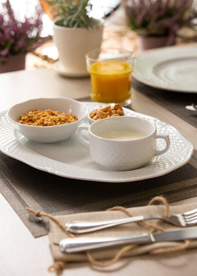 Сок, granola, muesli с молоком и ягоды здорового завтрака свежий стоковая фотография rf