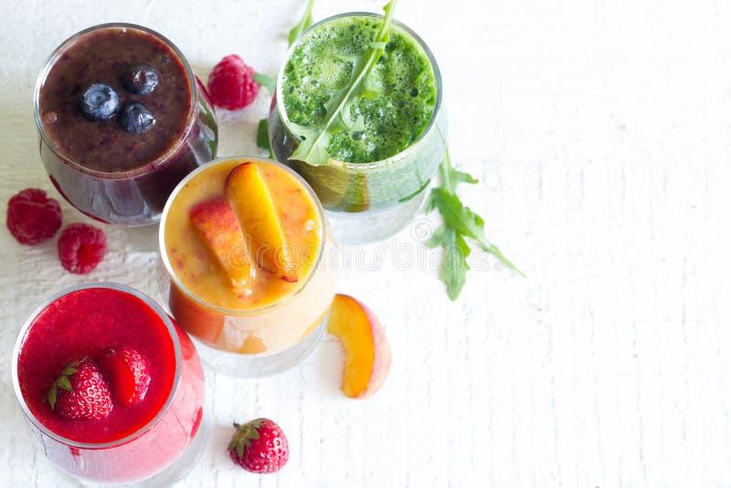 Сок Smoothie с здоровыми свежими сырцовыми фруктами и овощами на белых планках стоковое изображение rf