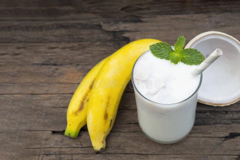 Сок smoothies свежего коктейля кокоса банана ванильный и белый напиток плода банана здоровые вкус yummy в стекле стоковое изображение rf