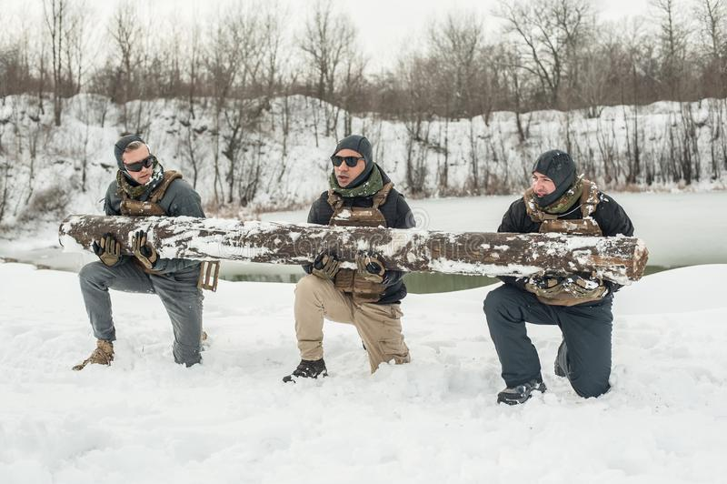 Солдаты армии имеют трудную тренировку с огромной древесиной чурбана стоковые фото