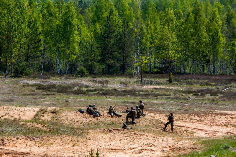 Солдаты в забастовке сабли военной подготовки в Латвии стоковая фотография