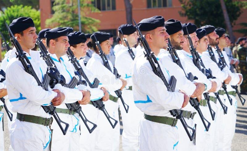 Солдаты итальянской армии раскрытой в казармы во время военного парада стоковые фото