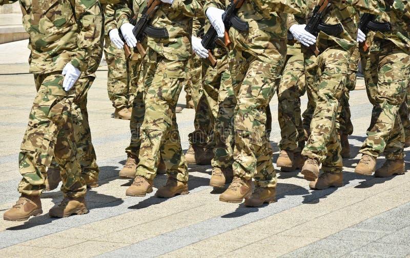 Солдаты маршируя с пулеметами стоковое изображение rf