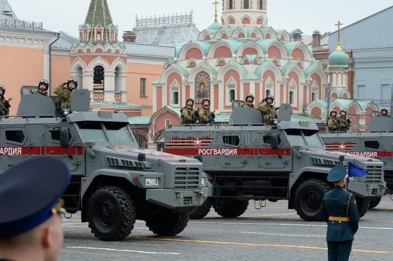 """Солдаты соотечественника на универсальной броневой машине """"тайфуне-K """"на основании KAMAZ - 53949 стоковые фотографии rf"""